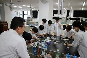 実験用の細菌を採取し、スライドガラスにセット