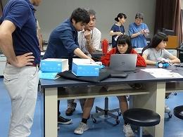 ロボットを動かそうとする受講生とメンター