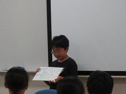 研究計画を紙芝居形式で発表する受講生