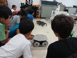 ロボットを動かす受講生たち