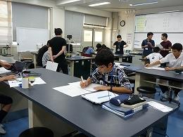 講座風景 用紙に研究の計画を書き込む受講生
