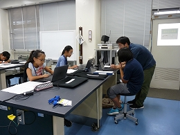 講座風景 インターネットで調べている受講生たちとアドバイスする支援員