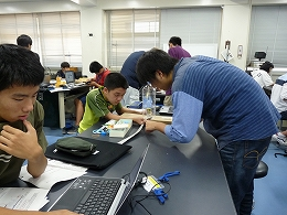 講座風景 地震計を作成する受講生