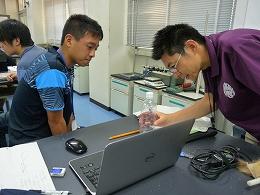 講座風景 静電気をためる装置を作成する受講生
