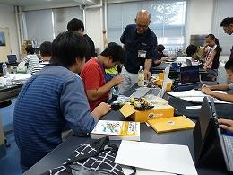 講座風景 ロボットキッドを組み立てる受講生