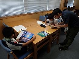 講座風景 図書館で調べる受講生
