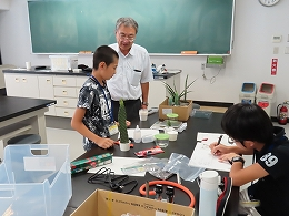 植物を使って実験を進める受講生