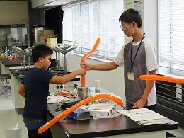 風船を液体窒素に入れて体積変化を観察する実験