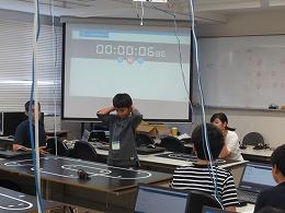 ロボットをラインに沿って走らせる受講生2