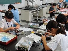 講座風景 ロボットを組み立てる受講生たちその1