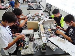 講座風景 ロボットを組み立てる受講生たちその2
