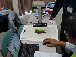 講座風景 スキャナーを使ってサニーレタスの色づきを計測している様子