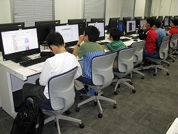 講座風景 パソコンで研究て今の背景について調べる受講生たちその1