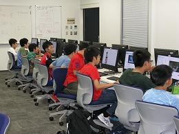 講座風景 パソコンで研究て今の背景について調べる受講生たちその2