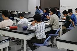講座風景 深層学習の基礎について講義を受ける受講生たち