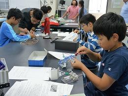 講座風景 ロボットを改造する小学生