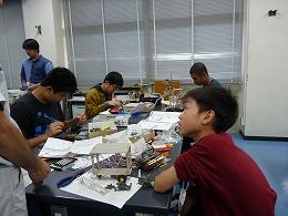 講座風景 ロボットを改造する中学生