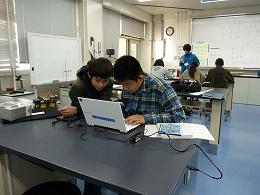 講座風景 パソコンで調べ物をする受講生たち