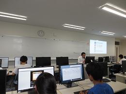 講座風景 パソコンを見ながら説明を受ける受講生たち