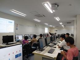 講座風景 パソコンでプログラミングする受講生たち