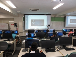 人工知能について講義を受ける受講生