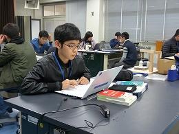 講座風景 パソコンでポスターを作成する受講生たち