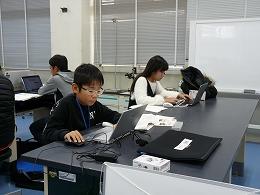 講座風景 パソコンでポスターを作成する受講生