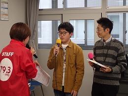 FMたんとのインタビューを受ける受講生とスタッフ