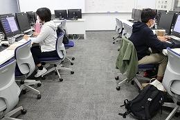 講座風景 インターネットで自主研究の資料を検索する受講生