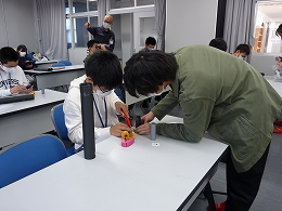 講座風景 望遠鏡を作る受講生