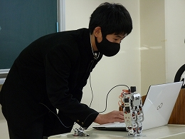 発表 ロボットを操作する受講生