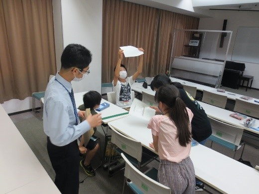 チームでイラストの観察、分析をする受講生たち