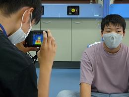 サーモカメラで体温を測定する受講生たち