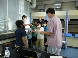 風速計の計測値を確認する受講生