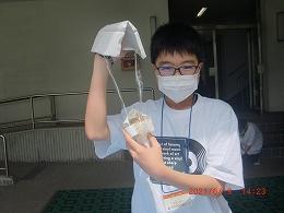 作製したエッグプロテクターを持つ受講生