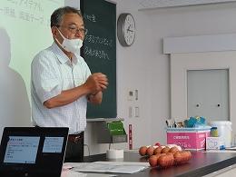 卵落としコンテストについて説明する講師